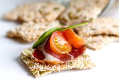 Crunchy Low-Carb Sesame Crispbread - Diet Doctor Health on low carb. Do you love to sink your teeth into something crunchy now and then? This low-carb crispbread is a great alternative to flaxseed versions. Keto Foods, Ketogenic Recipes, Keto Snacks, Low Carb Recipes, Diet Recipes, Healthy Recipes, Ketogenic Diet, Pan Cetogénico, Aperitivos Keto