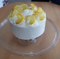 Kellemesen citrusos finomság, ami jólesik a nyári melegben. Hozzávalók: A tortalaphoz: 6 db tojás 1 csepp citromlé 1 csipet só 6 ek kristálycukor 1 csomag vaníliás cukor 5 csapott evőkanáél finomliszt 1 csomag sütőpor A krémhez: 5 dl tejsz...