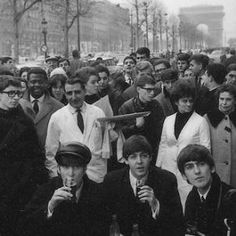 BEATLES MAGAZINE: BEATLES PHOTO EXHIBIT IN PARIS