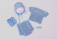 Conjunto de algodón para verano en color azul, compuesto por jersey, ranita, gorrito y patucos, todo en el mismo color.