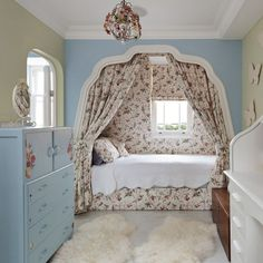 Here we have an elegant retro-style bedroom decor idea for you. This one is smartly designed for providing you an exceptional bedding place. The fabulous look and comfort both are the parts of this vintage-inspired idea The eye-catching beauty and renovation is giving this bedroom a classic beauty. #CheapHomeDecorDesign