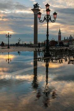 """""""Riflessi Paralleli"""" - Venezia,  piazza san Marco con acqua alta,  all'alba"""