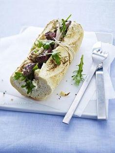 Gefülltes Baguette mit gebratenem Lammfilet, Rauke und karamellisierten Schalotten