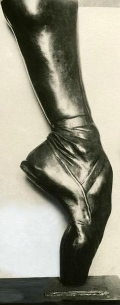 Bronze cast of Anna Pavlova's foot. (A critic once said that her arched feet represented the yearnings of the Russian soul) Dancers Feet, Ballet Feet, Ballet Dancers, Ballet Shoes, Pointe Shoes, Dance Like No One Is Watching, Just Dance, Ballet Russe, Anna Pavlova