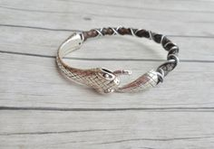 Ouroboros brown leather bracelet with a python head tail closure. A sturdy and stylish handmade jewelry. Unisex jewelery for men and women. Cool jewelery in genuine leather. The zigzag pattern is inspired by the zigzag pattern of a snake. Jewelry Shop, Jewelry Stores, Jewelry Art, Handmade Jewelry, Fashion Jewelry, Women Jewelry, Etsy Jewelry, Unique Gifts For Her, Bohemian Jewelry