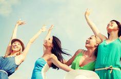 『女の友情はもろい』なんて言葉を聞いたことがありますか? 女同士というのはどんなに仲が良くても、立場や状況が変わると相手に嫉妬をしたり妬んだり・・・ そんな非常に危ういバランスで成り立っているものなのです。 そこで、女同士の友情を長続きさせるために気をつけるべき7つのことをご紹介します! 1.彼氏や好きな人を紹介しない 出典:http://koimemo.com 女同士の友情が壊れるキッカケは、男性が関係していることが少なくありません。 女性側に非がなくても、好きな男性が女友達を好きになってしまうこともあり得ます。 女友達には彼氏や好きな人を紹介しないようにしましょう。 2.一緒に合コンに行かない 合コンは時として、相手を出し抜いたり、友達が恋のライバルになったりということが起こり得る場です。本当に大切な女友達とは一緒に合コンに行かないようにしましょう。 3.ある程度の距離を持って接する 出典:http://www.glitty.jp 女同士というのは、相手との距離が近すぎると、相手と自分を比べて落ち込んだり嫉妬をしたりすることがあります。…