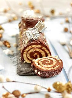 Traditional chocolate roll log {easy and quick} - Christmas log rolled in chocolate, quick and easy recipe! Parfait Desserts, Chocolate Roll, Chocolate Recipes, Mini Stollen, Sweet Recipes, Cake Recipes, Winter Torte, Log Cake, Yule Log