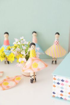 have tinkered again: this time ballerinas are made from the beautiful old-fashioned clothes pegs. Crafts For Girls, Diy For Kids, Diy Osterschmuck, Amber Room, Wood Pallet Art, Diy Easter Decorations, Ballerina Party, Clothes Pegs, Clothespin Dolls