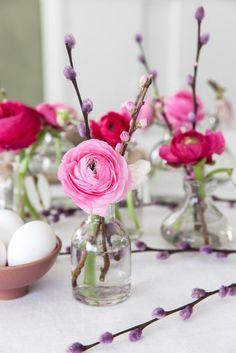 Petits vases avec des renoncules roses et -  #avec #compositionfloralepaques2019 #des #petits #renoncules
