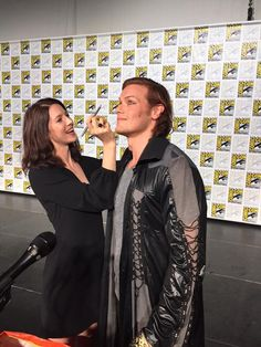 Here are fan pics of Sam Heughan, Caitriona Balfe, Diana Gabaldon, Maril Davis and Ron D. Moore at the Outlander Panel at San Diego Comic-Con More pics after the jump! Outlander Casting, Outlander Tv Series, Starz Series, Outlander Funny, Outlander Characters, Outlander Quotes, Sam Heughan Caitriona Balfe, Sam Heughan Outlander, Richard Rankin