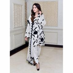Looking beautiful wearing gorgeous Indian /Pakistani shalwar kameez Pakistani Dresses Shalwar Kameez, Pakistani Frocks, Simple Pakistani Dresses, Pakistani Dress Design, Pakistani Suits, Salwar Kameez, Capri Outfits, Casual Outfits, Emo Outfits