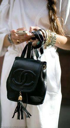 """""""Para ser insubstituível, deve-se sempre ser diferente."""" by Coco Chanel"""