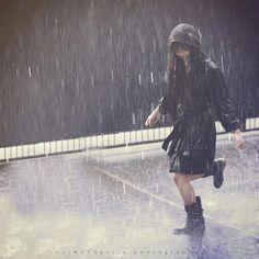 Tem vez que as coisas pesam mais do que a gente acha que pode aguentar.  Nessa hora fique firme, pois tudo isso logo vai passar.    Você vai rir, sem perceber, felicidade é só questão de ser.  Quando chover, deixa molhar pra receber o sol quando voltar.    Melhor viver, meu bem, pois há um lugar em que o sol brilha pra você.  Chorar, sorrir também e depois dançar, na chuva quando a chuva vem.  (Marcelo Jeneci - Felicidade)