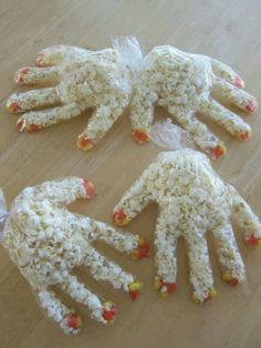 Nodig: plastic handschoentjes (zie foto). Popcorn/chips. Rode stift. Elastiekje om de handjes dicht te knoppen. en leuke kaartje met de tekst: Hiep Hiep hoera. ...... (naam van het kind) is 3 jaar. Leuk om te trakteren