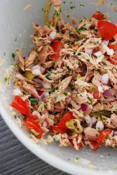Ceviche de thon en conserve, oignons rouges, poivrons, piments, tomates cerises