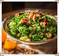 Salade de kale et pomme grenade. Recette sans gluten, sans produits laitiers (sans caséine), hypotoxique et végétalien. Une salade haute en couleur qui saura ravir vos invités! Pomegranate Recipes, Pomegranate Seeds, Kale Salad, Cobb Salad, Le Chou Kale, Light Olive Oil, Dairy Free, Gluten Free, Kitchens