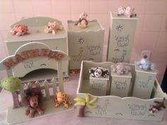 Kit composto de porta fraldas, lixeira, luminária, cesta com 3 potes e enfeite de porta de maternidade R$210,00