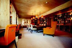 Vor einigen Jahren fassten wir die Idee, im Hotel eine Bibliothek einzurichten. Weil wir selbst leidenschaftlich gerne lesen und viele unserer Gäste den Urlaub auch zum Lesen nützen. Ein gleichermaßen schöner wie funktioneller Raum sollte es werden, der ideale Voraussetzungen fürs Lesen, fürs Schreiben und für Gespräche über Literatur bietet. Ein stilvoller, bestens bestückter Ort der Ruhe und Begegnung für jene, die nicht nur ihren Körper, sondern auch ihren Geist erfrischen wollen. Paradise, Ghosts, Literature, Writing, Nice Asses