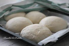 Pizza napoletana. La ricetta base della vera pizza napoletana, preparata con soli quattro ingredienti
