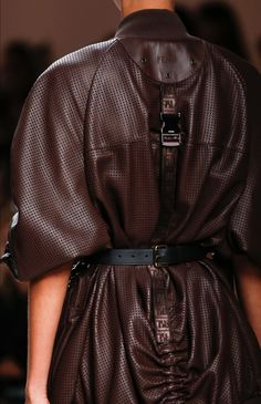 The complete Fendi Spring 2019 Ready-to-Wear fashion show now on Vogue Runway. Modern Fashion, High Fashion, Fashion Show, Fashion Outfits, Fashion Fashion, Fashion Trends, Fendi, Runway Fashion, Womens Fashion
