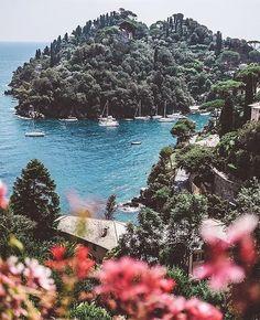 "Polubienia: 584, komentarze: 14 – Belmond Hotel Splendido (@belmondhotelsplendido) na Instagramie: ""What's the first thing that comes to mind when you think of #Portofino? #BelmondPostcards by…"""