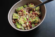 Bulgursalat m. Avocado, granatæble og edamammebønner.