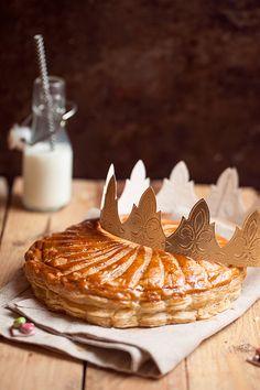 Nous voilà en plein période de galettes des rois et j'ai souhaité vous présenter une galette des rois pistache et chocolat entièrement faite maison !