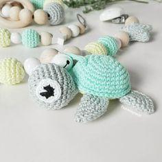 Ach... ich muss euch einfach die Baby-Schildkröte mal richtig zeigen!  Zum Knutschen !!!  . @anja_stampinside  #häkeln #schildkröte #schildi #turtle #kinderwagenkette #baby2017 #baby2018 #baby #handarbeit #tina_empunkt