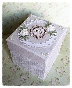 Komunijne pudełko z niespodzianką. Kolory neutralne - pasują i dla chłopca i dla dziewczynki. Swoją pracę zgłaszam na... Exploding Boxes, Envelope, First Communion, Pink Candy, Invitation Cards, Decoupage, Decorative Boxes, Greeting Cards, Baby Shower