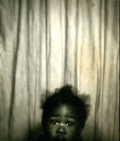 """""""Can't quite reach!"""" adorable little girl in a photo booth Vintage Pictures, Old Pictures, Old Photos, Vintage Images, Vintage Magazine, Vintage Photo Booths, Photos Booth, African American History, Mug Shots"""