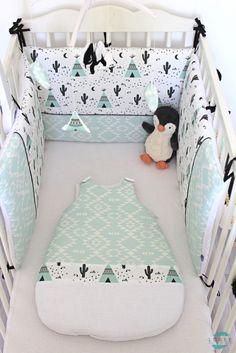 Tour de lit, gigoteuse, mobile musical et guirlande de triangles motifs tipis, cactus et tissu ethnique mint. Un ensemble total coup de coeur pour moi.