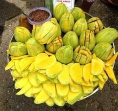Celebrate Summer in Thailand with mangoes, mangoes and mangoes. This mango. That mango. Filipino Desserts, Filipino Recipes, Mexican Food Recipes, Filipino Food, Mexican Snacks, Filipino Dishes, Bangladeshi Food, Bengali Food, Tropical Fruits