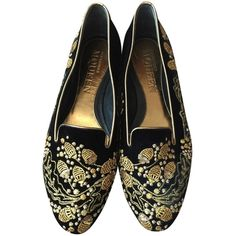 Pre-owned Alexander Mcqueen Black And Gold Velvet Embellished Bees... (780 BRL) ❤ liked on Polyvore featuring shoes, flats, loafers, black and gold, embellished shoes, decorating shoes, embellished flats shoes, black and gold loafers and alexander mcqueen