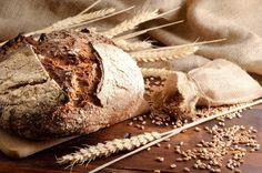 PEŁNOZIARNISTE Ziarna mielone są w całości wraz z łuską, bielmem i kiełkiem produkty te trawione są dłużej, w wyniku czego poziom uwalnianej do krwi glukozy wzrasta i opada równomiernie. Niezwykle istotną rolę odgrywa też błonnik. - Ten rozpuszczalny chroni przed miażdżycą, natomiast nierozpuszczalny zapobiega chorobom jelit. Poza tym pełnoziarniste produkty, dzięki zawartości fitoestrogenów mają działanie przeciwnowotworowe.