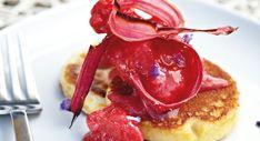 Lækker opskrift på en flot dessert med rabarbersorbet og bagte rabarber på pandekager.