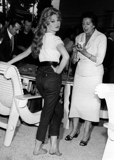 Bardot, Brigitte - Schauspielerin, Frankreich 1957 Brigitte Bardot was among the first women unable to resist pairing jeans with a simple white T-shirt. Brigitte Bardot, Bridget Bardot, 1990s Fashion Trends, Fashion Week, Fashion 2018, Fashion Brands, High Fashion, Jane Birkin, Jeans Denim