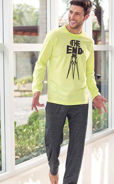 TAYLOR     Conjunto de blusa de Meia malha 100% Algodão com calça de Mouliné. A blusa conta com estampa localizada exclusiva e acabamento de limpeza interna na gola na cor chumbo. Calça com bolsos e braguilha e detalhe de travete lima no bolso.