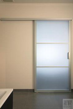 Glazen schuifdeur tussen slaapkamer en badkamer