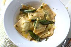 Hou jij ook van zelfgemaakte pasta? Probeer dan eens deze gevulde ravioli met spinazie en ricotta! Een heerlijk pastagerecht afgemaakt met laurier boter.