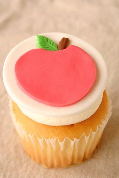 Snow White inspired edible apple cupcake toppers! #snowwhite #cupcaketoppers