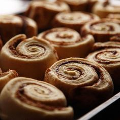 Here's an easy alternative to buying those famous cinnamon rolls in the mall. They taste exactly the same, and the dough is made in the bread machine. Pudding Flavors, Pudding Shots, Pudding Ideas, Pudding Recipes, Butterscotch Pudding, Vanilla Pudding Mix, Graham, Cinnamon Rolls From Scratch, Cinnamon Bun Recipe