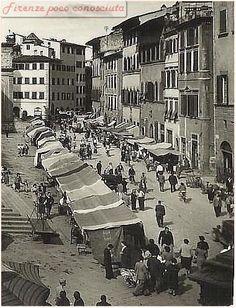Mercato di San Lorenzo negli anni 50.meno gente ma il solito casino, ma erano fiorentini coloro che tenevano il banco