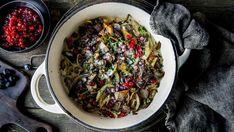 Reinskav er skikkelig fast-food med tradisjoner, og som mest sannsynlig kan varieres mer enn du tror. Jeg har denne gangen strippet den ned til en meget enkel utgave (uten at det går utover opplevelsen), men du kan selvsagt bygge den ut litt med både viltkraft, rødvin, brunost og grønnsaker hvis du skulle ønske det. Tips: Både kokte poteter og potetstappe er supert tilbehør. Lag eventuelt en stappe av halvparten potet og halvparten sellerirot. Jordskokk er også et godt alternativ. Ratatouille, Cabbage, Meat, Vegetables, Ethnic Recipes, Food, Alternative, Cloakroom Basin, Essen