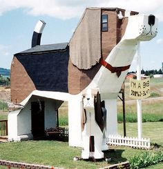 A woof over your head: When two chainsaw artists in Idaho, U.A, decided to create a roadside attraction to entice visitors to their studio, this was the result - Sweet Willy, the Beagle B. A literal dog house. Unusual Buildings, Amazing Buildings, Amazing Houses, Crazy Home, Unusual Hotels, Ville New York, Unique Architecture, Roadside Attractions, Dog Houses