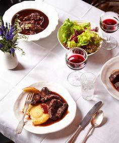 Provençalisches Rinderragout (Daube): Beim stundenlangen Schmoren saugen sich die Fleischstücke mit Aroma voll.