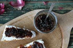 zwiebelmarmelade ist der perfekte begleiter zu käse, gegrilltem fleisch oder auf deinem burger. hier zeige ich euch, wie ihr sie ganz einfach selber kochen könnt.