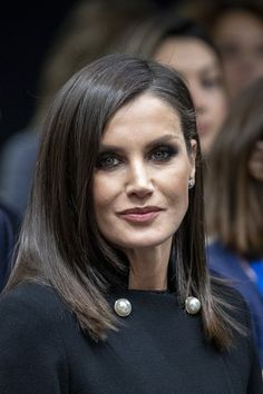 Queen Letizia of Spain Photos - Queen Letizia of Spain attends the Climate Submmit at IFEMA Madrid on December 2019 in Madrid, Spain. - Queen Letizia Of Spain Attends The In Madrid Fürstin Charlene, Military Style Coats, Spanish Royalty, Royal Queen, Royal Princess, Beautiful Evening Gowns, Laetitia, Queen Letizia, Royal Fashion