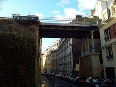 - La Petite Ceinture (rue de la Voûte). La Petite Ceinture est une ancienne ligne de train faisant le tour Paris (utilisée pour la marchandise et les passagers). La plus grande partie de la ligne est encore désafectée et est le paradis pourles street artists, les SDF et les fans d'urbex (on peut accéder aux anciennes mines de Paris à partir de la Petite Ceinture)