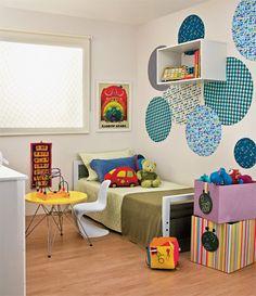 Bolas de tecido em estampas e tamanhos diferentes para decorar o quanto das crinaças