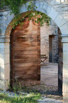 Portail d'entrée vers une cour pavée